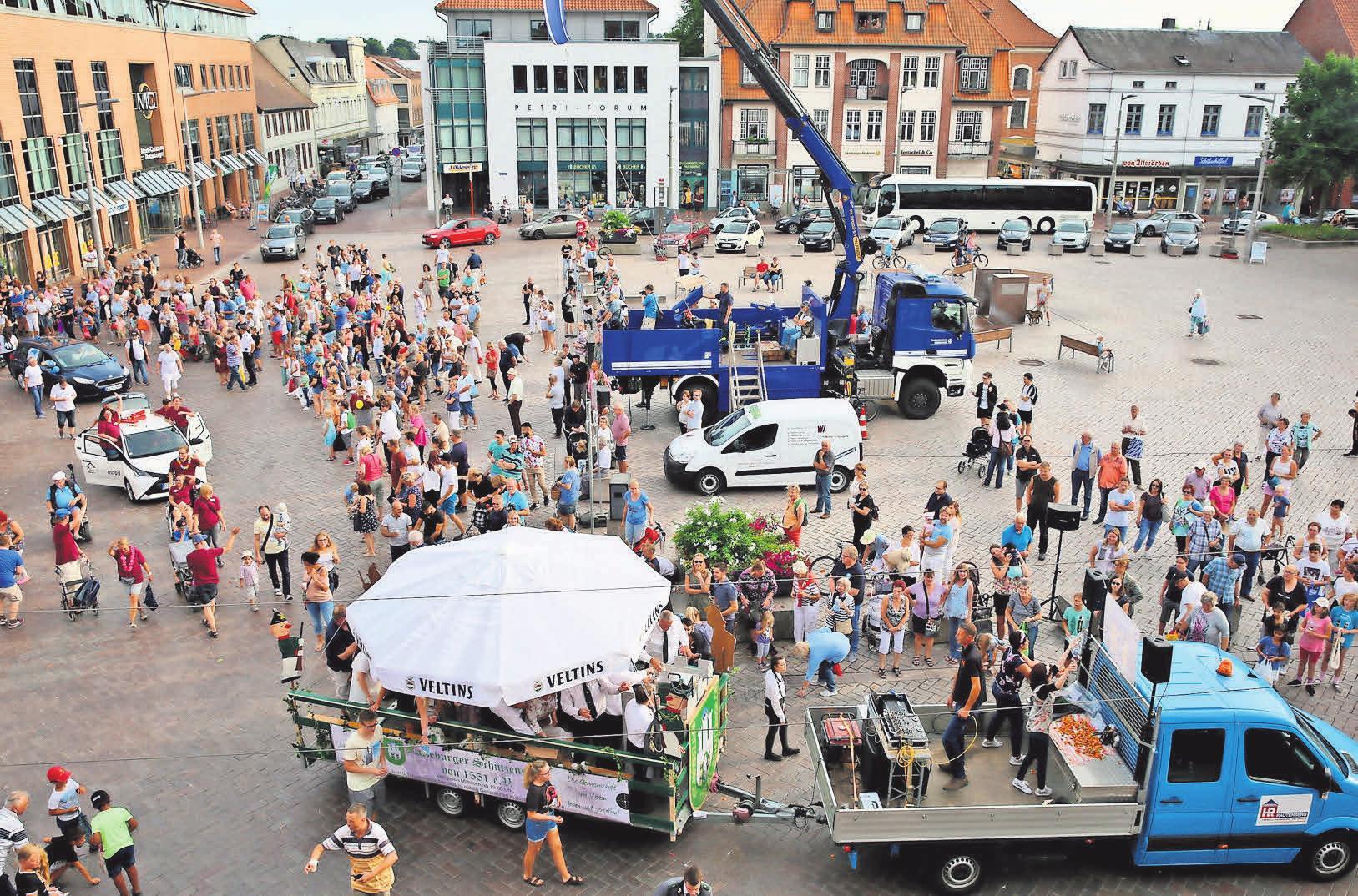 Die Ratzeburger Schützengilde von 1551 e.V. (Bildmitte unten) feierte beim Festumzug 2018 mit. Das wird sich auch im Jahr 2019 nicht ändern.      Fotos: hfr/Biller