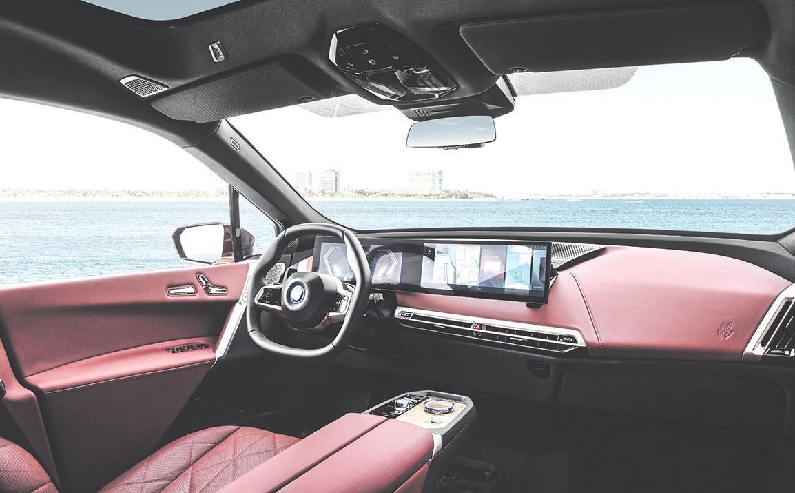 Im Innenraum des BMW iX werden unter anderem mit Olivenbaumblätter-Extrakt gegerbtes Leder und andere natürliche Materialien verwendet