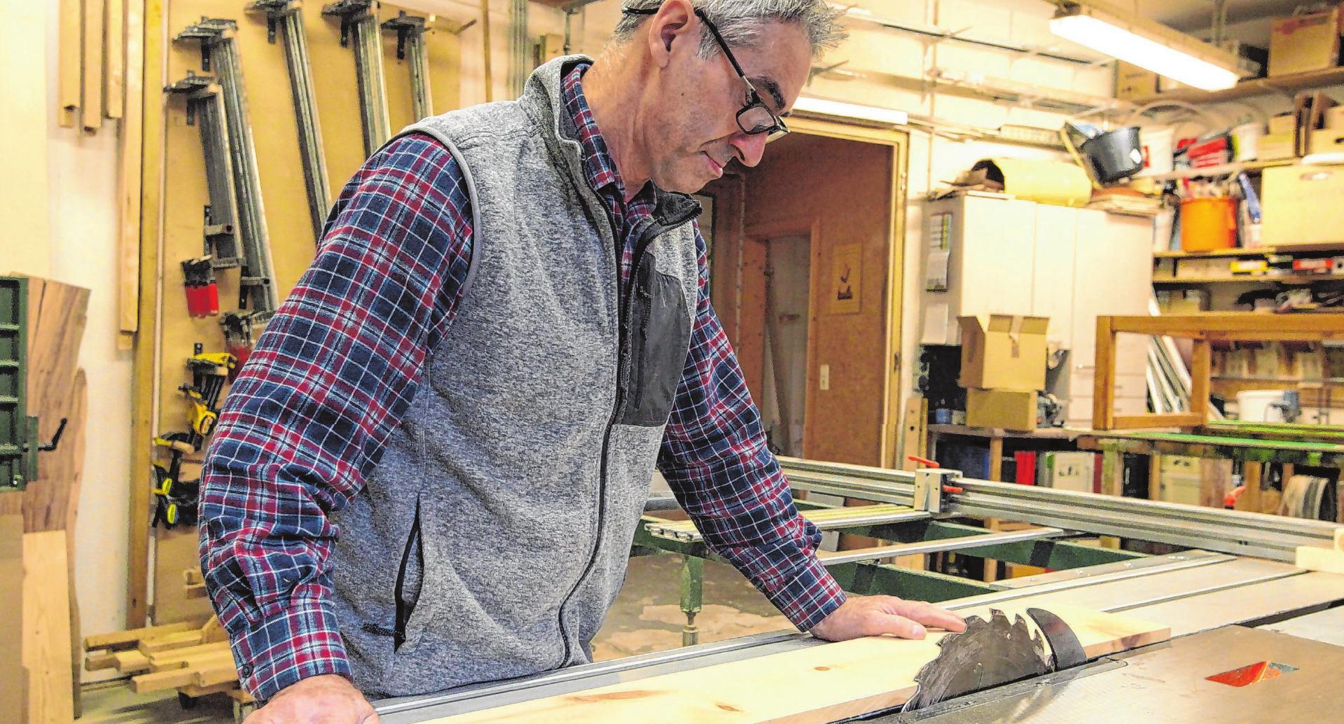 Roland Walker ist in Fichtenberg Schreiner und schätzt das Holz der Zirbe sehr. Den ätherischen Ölen der Pinus Cembra werden positive Eigenschaften auf den menschlichen Organismus nachgesagt. Der angenehme Geruch soll auch die Regeneration während des Schlafes fördern. Foto: Peter Lindau