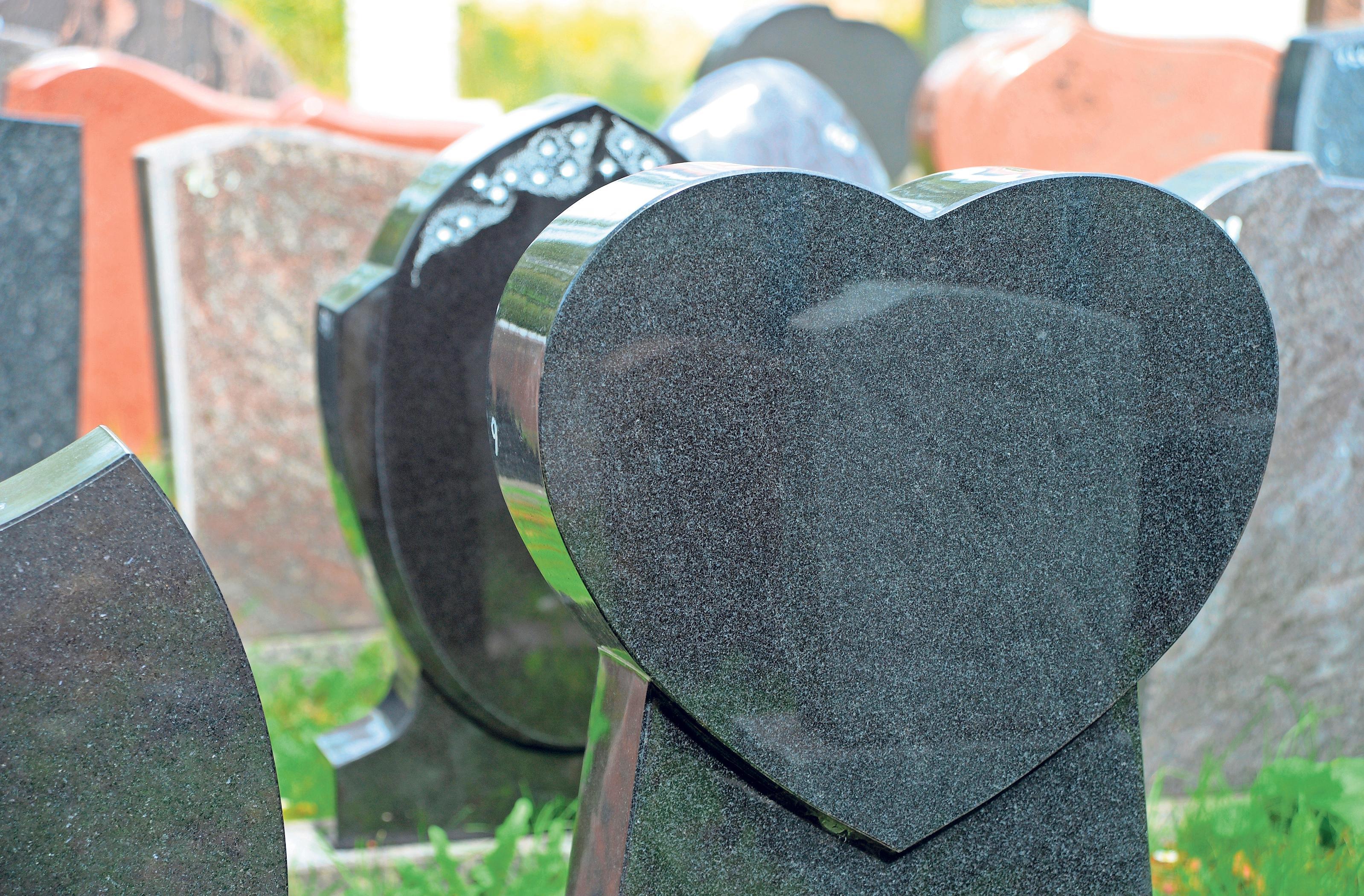 Die Auswahl des Grabmals wirkt auf viele Angehörige oft wie ein Abschluss der bewussten Trauerphase. Foto: Andrea Warnecke/dpa-tmn
