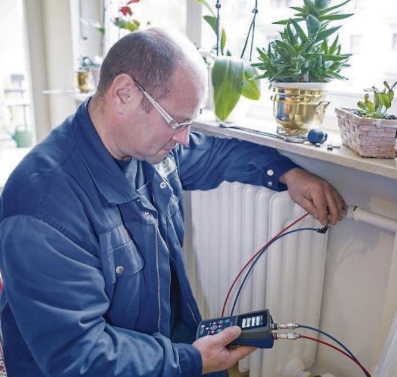 Mit mobilen Messgeräten kann der Profi aus dem Heizungs-Sanitär-Handwerk die Einstellungen der Ventile am Heizkörper kontrollieren und exakt auf die Bedürfnisse der zu beheizenden Räume einstellen. Bild: djd/AFRISO