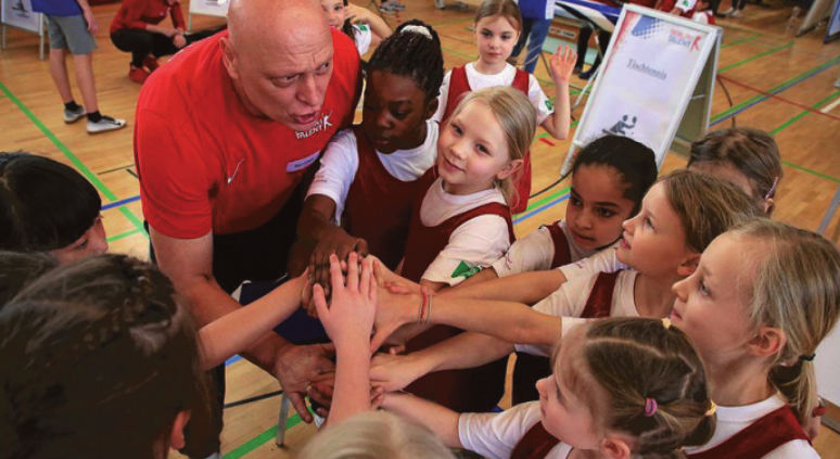 Gemeinsam stark: Bei einer Talentiade können die Kinder Sportarten ausprobieren. FOTOS: JUERGEN ENGLER (2)
