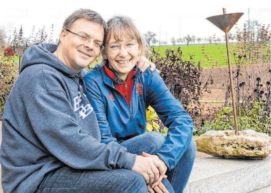 Andreas Nickel und Dagmar Fix genießen die Nähe zur Natur. Als Mitglieder des Imkervereins haben sie in ihrem Garten auch ein Bienenvolk stehen. Foto: Ufuk Arslan