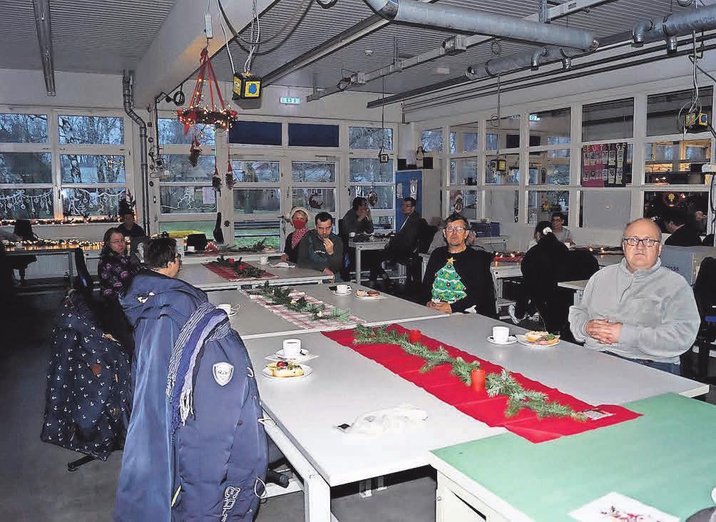 Bei der Weihnachtsfeier saßen Mitarbeiter und Betreuer in schönem Abstand zusammen.
