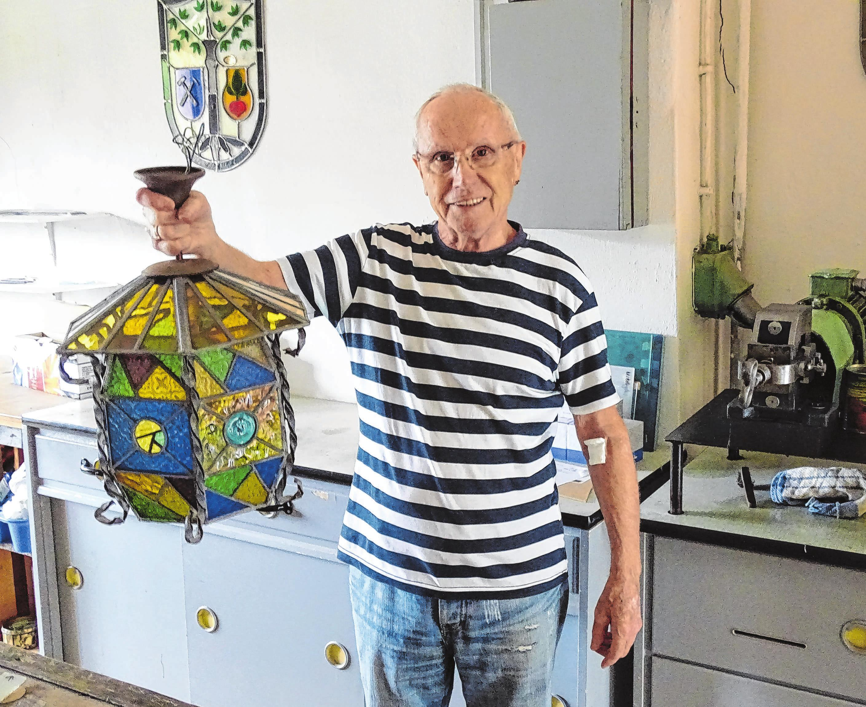 Senior und Firmengründer Horst Wendland hegt eine besondere Liebe für einzigartige Stücke wie diese Buntglaslampe.