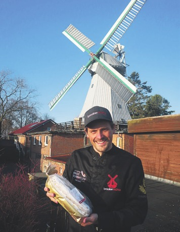 Tim Lessau von der Braaker Mühle freut sich über die leckeren Stollen Foto: Pöhlsen