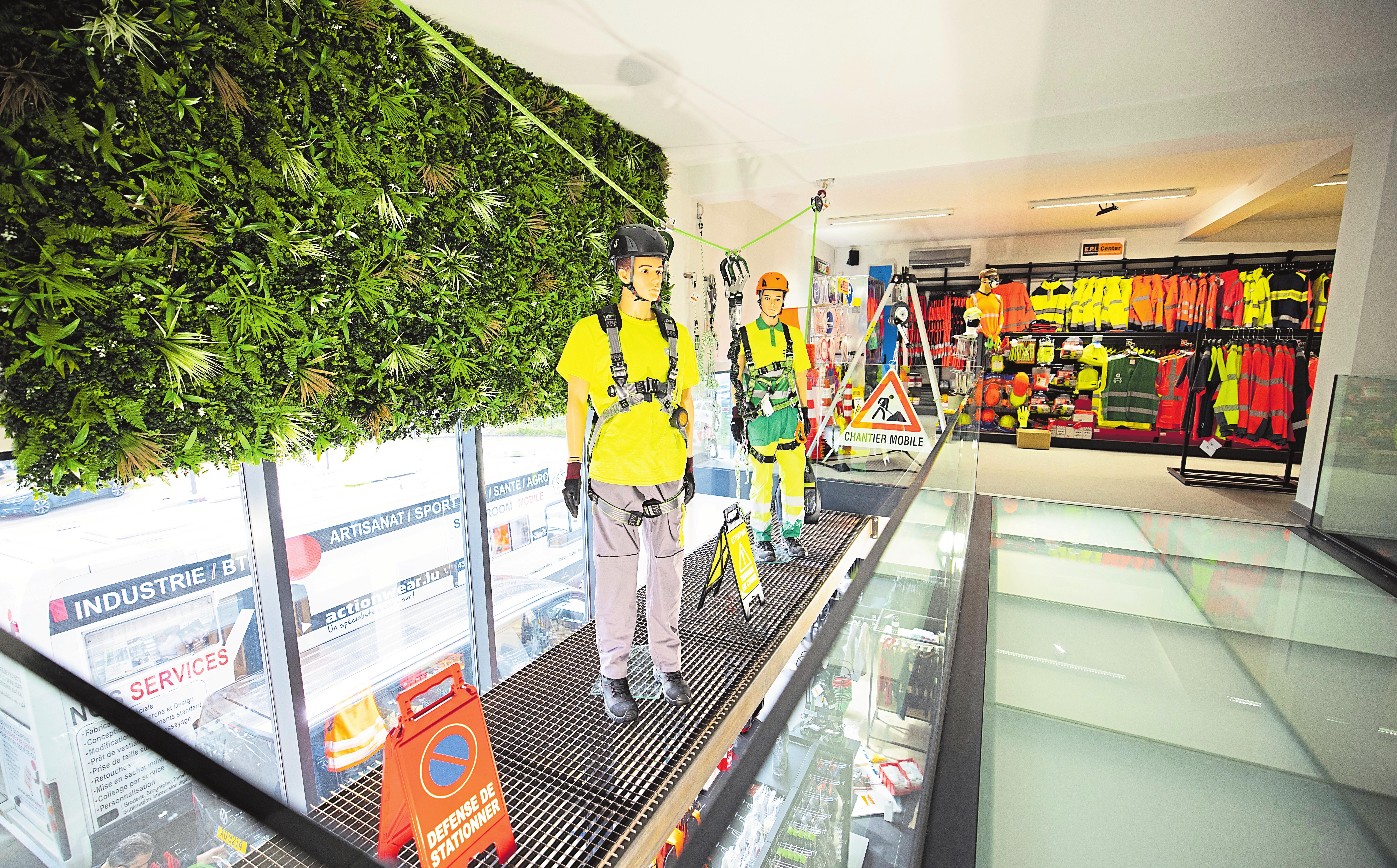 Sur deux étages, on peut trouver tout l'équipement requis et sécurisé pour chaque corps de métier