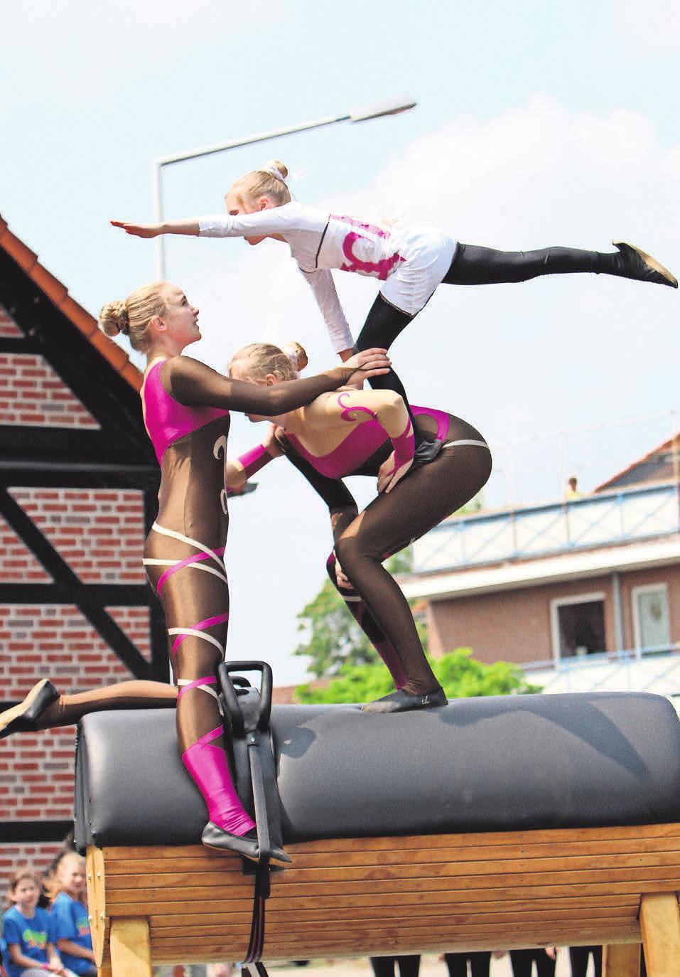 Auf Holzpferden zeigen die Voltigiererinnen beim Altdorffest, was sie auch auf dem Pferderücken beherrschen.