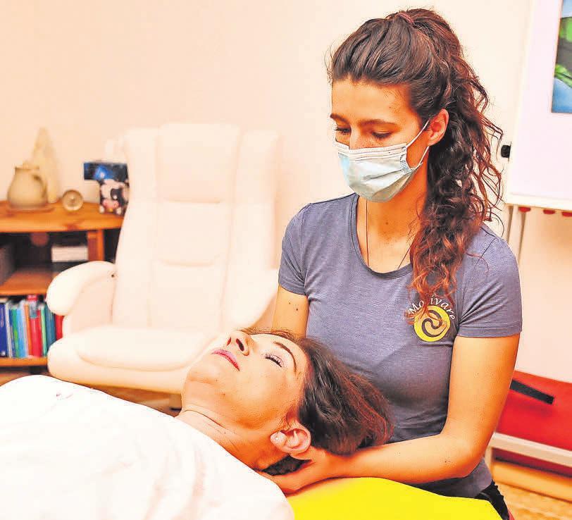 Bei der Physiotherapie wendet Britta Müller verschiedene Behandlungsmethoden an, die einander ergänzen.