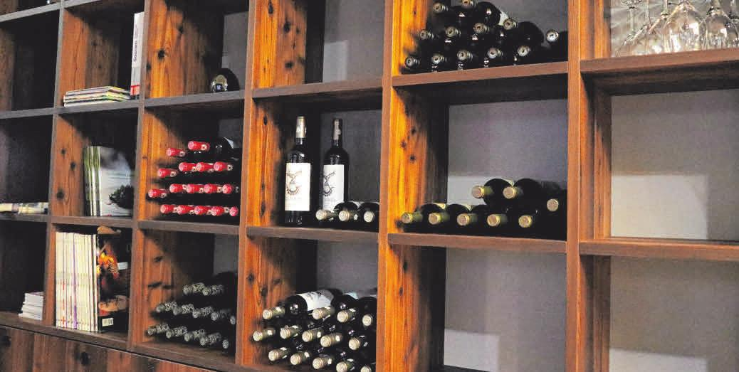 Ein Gläschen Wein ist nicht nur ein guter Speisenbegleiter - auch<div>zum Schmökern in den Büchern lässt er sich genießen.</div>