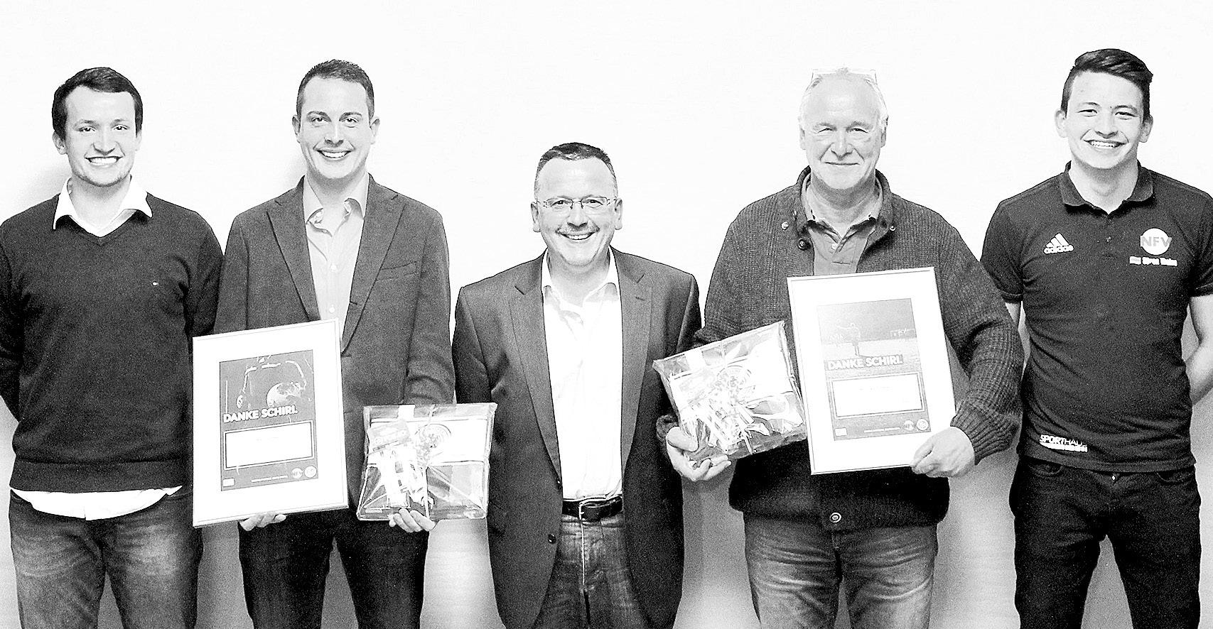 KSO Michael Frede (Mitte) sowie die beiden Lehrwarte Jannik Heitmann (links) und Sören Thalau (rechts) freuten sich mit den beiden Preisträgern Manuel Hess (Zweiter von links/SSV Scheuen) und Wilfried Plumhof (Zweiter von rechts/TuS Unterlüß). Foto: L.-O. Piontek
