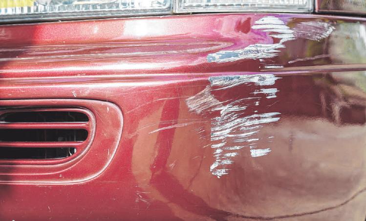 Unbehandelte Schrammen auf dem Lack des Fahrzeugs können zu Rost führen.