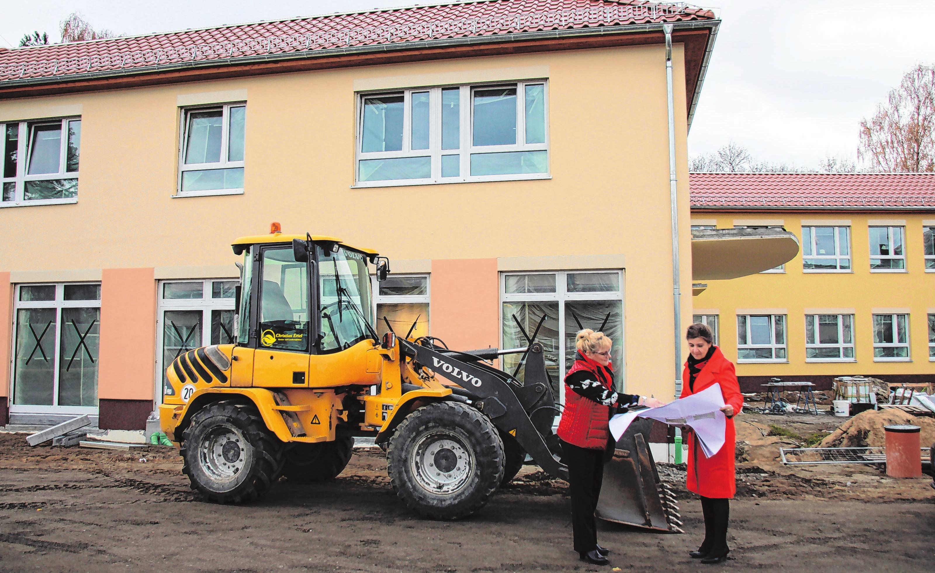 Anke Schmidt-Gabriel (Schulleiterin) und Doreén Ritter (stellvertretende Schulleiterin) vor dem neuen Gebäude. Der Bau fand auch während des laufenden Schulbetriebes statt. Foto: Wolfgang Radeske