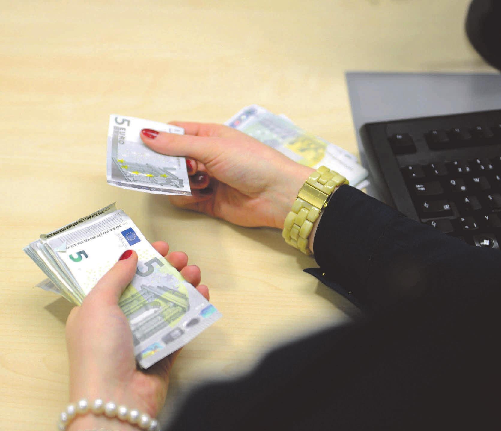 Das Geld der anderen: Bankkaufleute tragen viel Verantwortung. Beispielsweise beraten sie Kunden bei Finanzfragen. Foto: Martin Rehm