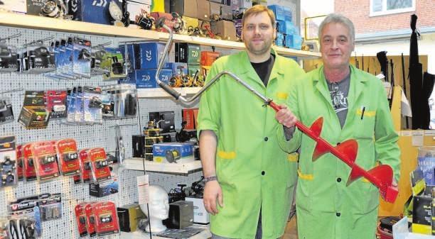 Die Fachberater Daniel Stolle (li.) und Uwe Calin kennen sich bestens mit allem rund ums Thema Angeln aus. FOTO: VMN