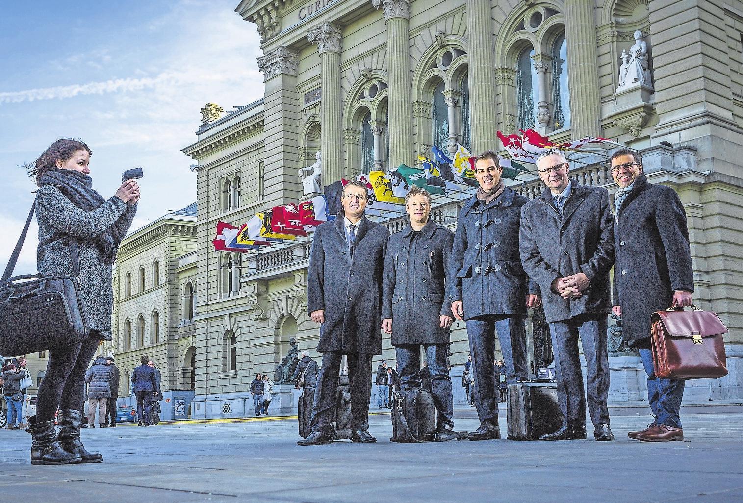 Die fünf neuen Aargauer Nationalräte 2015: Thomas Burgherr (SVP), Jonas Fricker (Grüne), Thierry Burkart (FDP), Andreas Glarner (SVP) und Matthias Jauslin (FDP, von links) – diesen Herbst dürfte es mehr neue Gesichter in Bern geben. Bild: Chris Iseli (Bern, 30. November 2015)