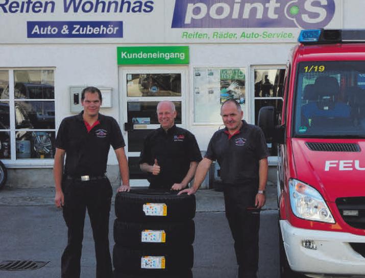 Reifenhändler Guido Wohnhas (Mitte) bei der Übergabe der Reifenspende an Torsten Koch (links) und Jens Freitag von Feuerwehr
