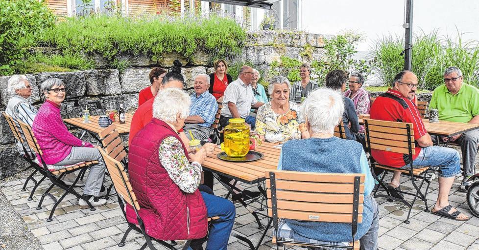Ein nettes Miteinander bietet der neu gestaltete Biergarten, der von viel Grün umgeben ist. Die gesamte Gartenanlage gleicht einem Park mit vielen blühenden Pflanzen Fotos: privat