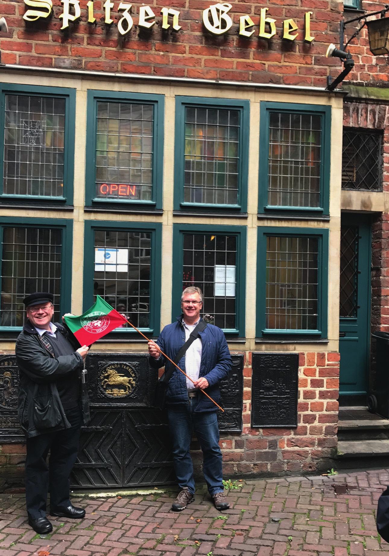 Die Peiner Uwe Freundel und Jörg Buchberger zeigten Flagge in Bremen.