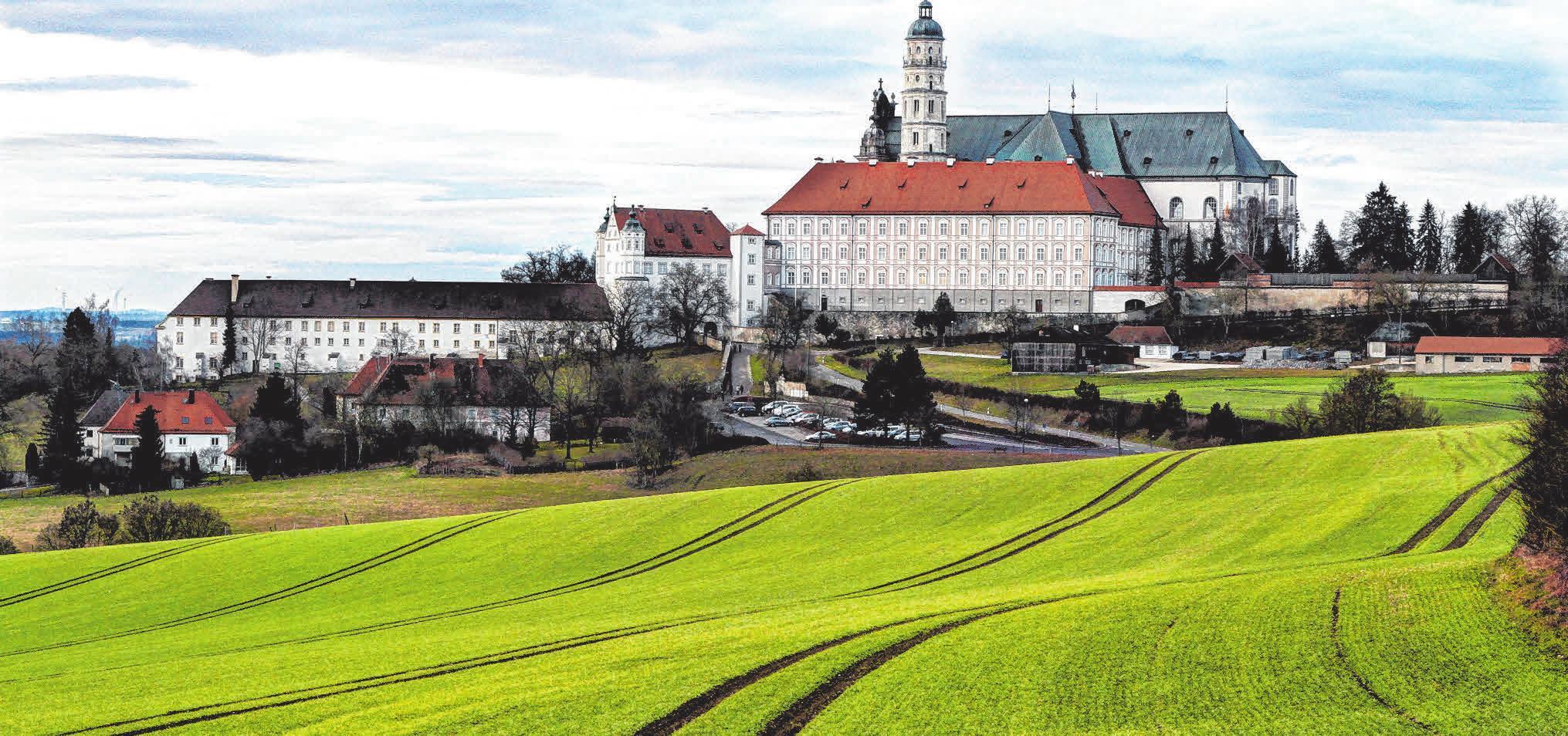 Das Kloster Neresheim liegt auf einem Hügel oberhalb der Stadt. Rund um die Abtei gibt es eine Vielzahl von Wanderwegen. Im Klosterhospiz kann man einkehren und es sich gut gehen lassen.
