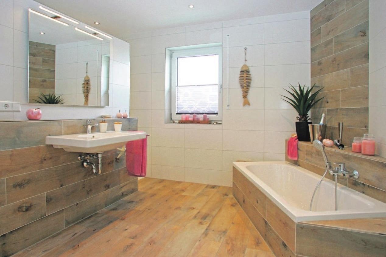 """Im Bad sind Dusche und Toilette hinter der Waschkonsole """"versteckt""""."""