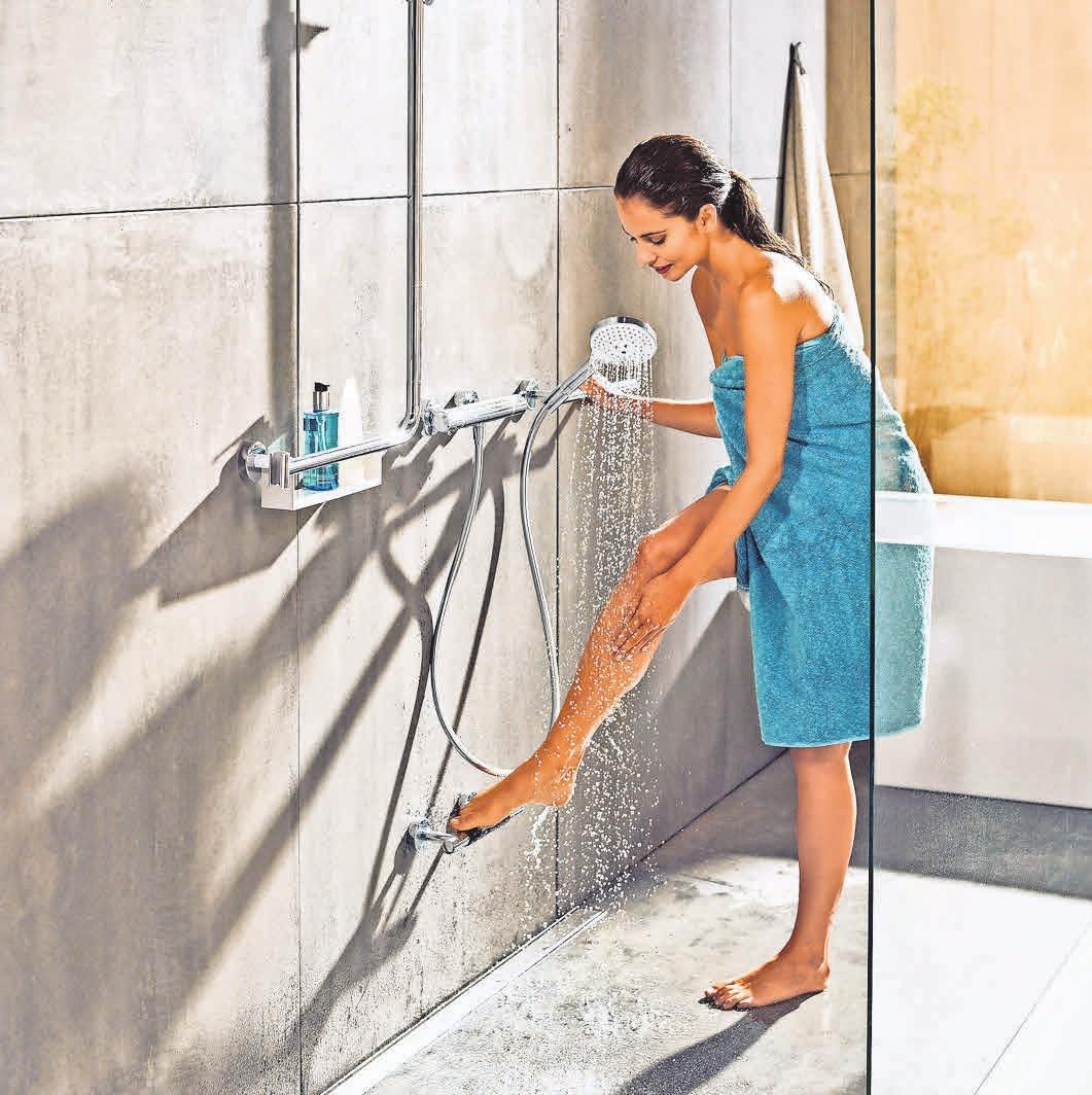 Die stabile Fußstütze erleichtert das Duscherlebnis für Jung und Alt gleichermaßen. Foto: epr/ hansgrohe