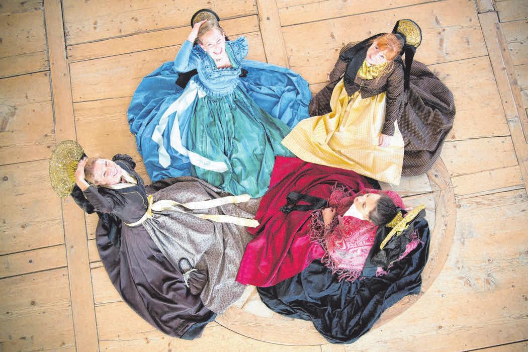 """Besonders prachtvoll ist dieses historische """"Fiassar Gwand"""", in dem sich die Trachtlerinnen aus Füssen präsentieren."""