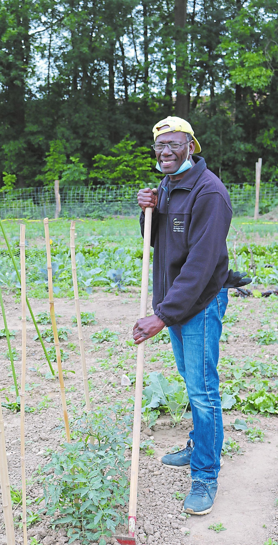 Gärtner John Birresborn sorgt für gute Laune und steht für fachliche Fragen bereit. Fotos: acf