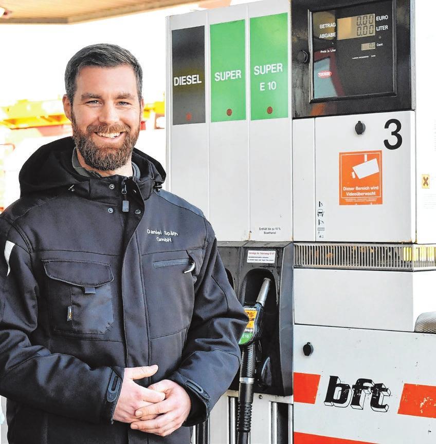 Geschäftsführer Axel Kirsamer präsentiert als Neuerung an der BFT Tankstelle Späth in der Riedlinger Straße die hochmoderne AdBlue-Anlage mit nun zwei Zapfschläuchen: jeweils einer für PKW's und LKW's.