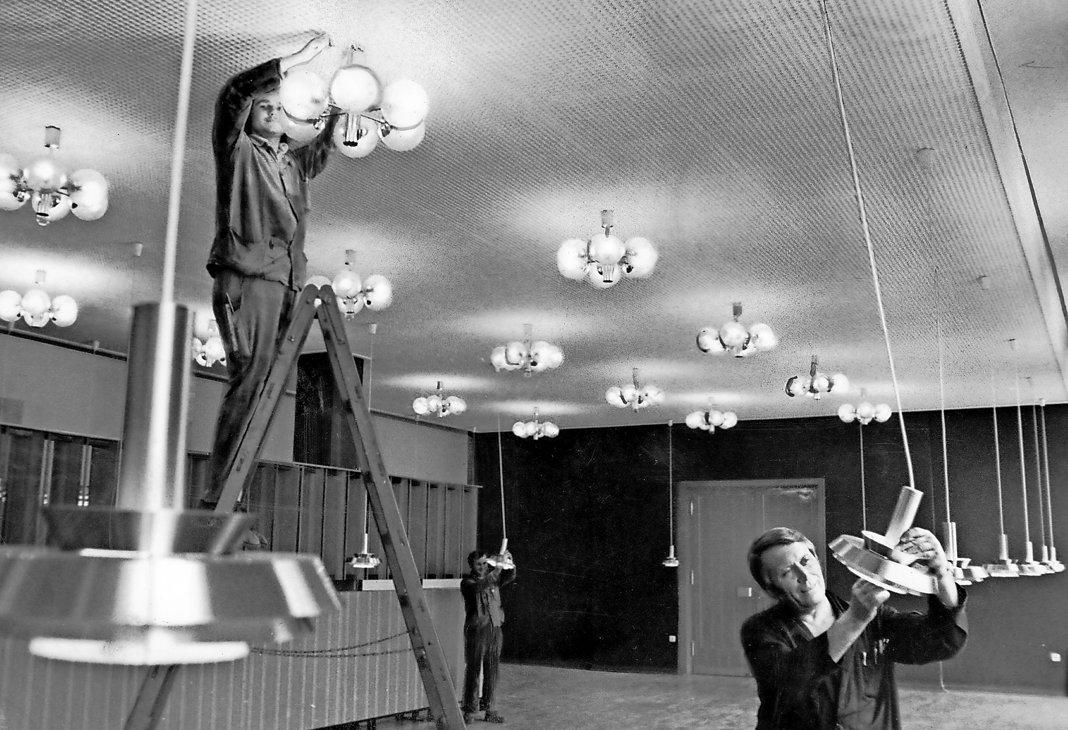 Endspurt bei der Rekonstruktion des Klubhauses des IFA-Autowerks Ludwigsfelde im Jahr 1980.       FOTO: DIETER LANGE