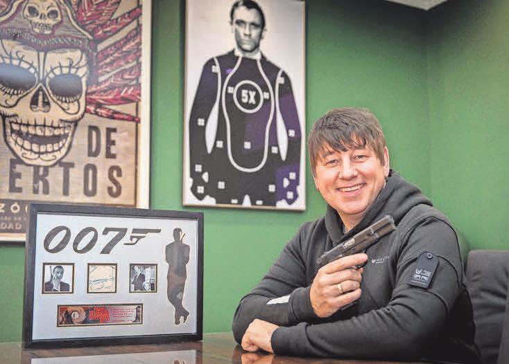 Ausstellungsmacher Chris Distin freut sich auf viele James-Bond-Fans. Fotos: Joachim Lührs (2), Dieter Heun (2), Archiv (2)