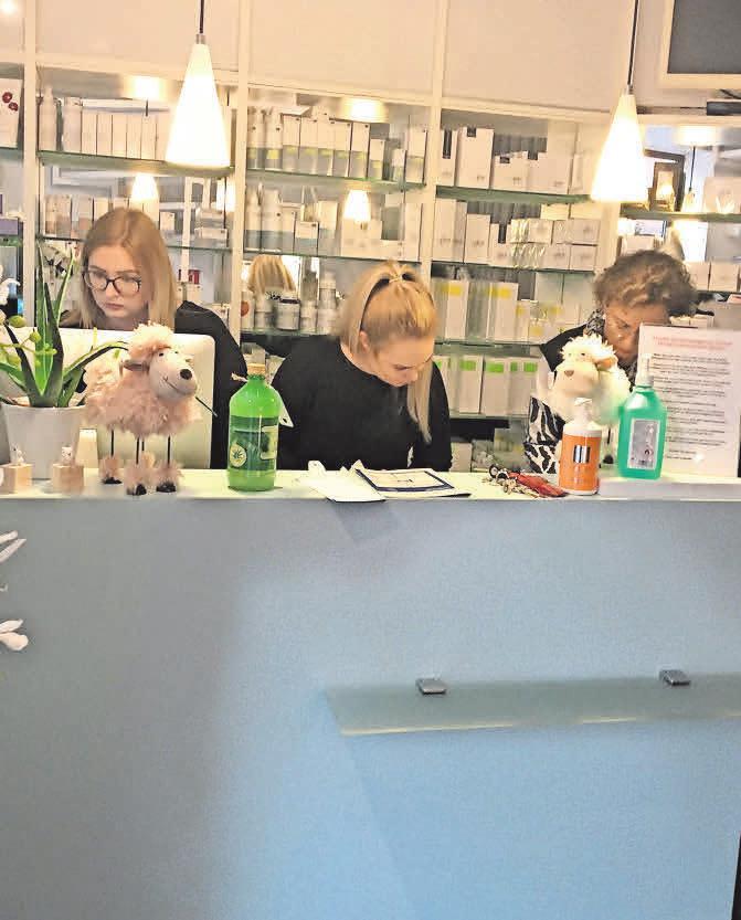 Die Mitarbeiterinnen vom Cosmetic-Institut Pattensen sorgen dafür, dass ihre Kunden alle Produkte erhalten – kontaktlos. Foto: privat