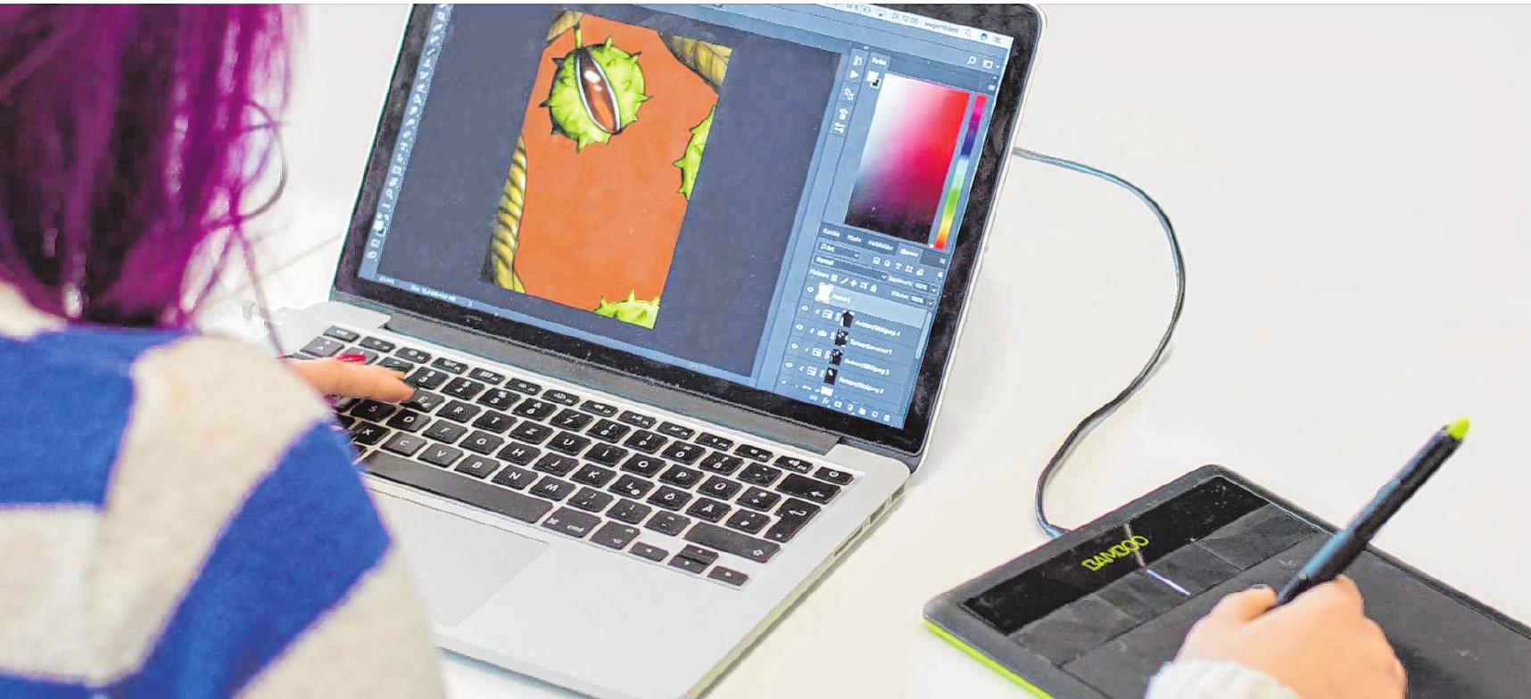Grafikdesignschülerin beim digitalen Illustrieren