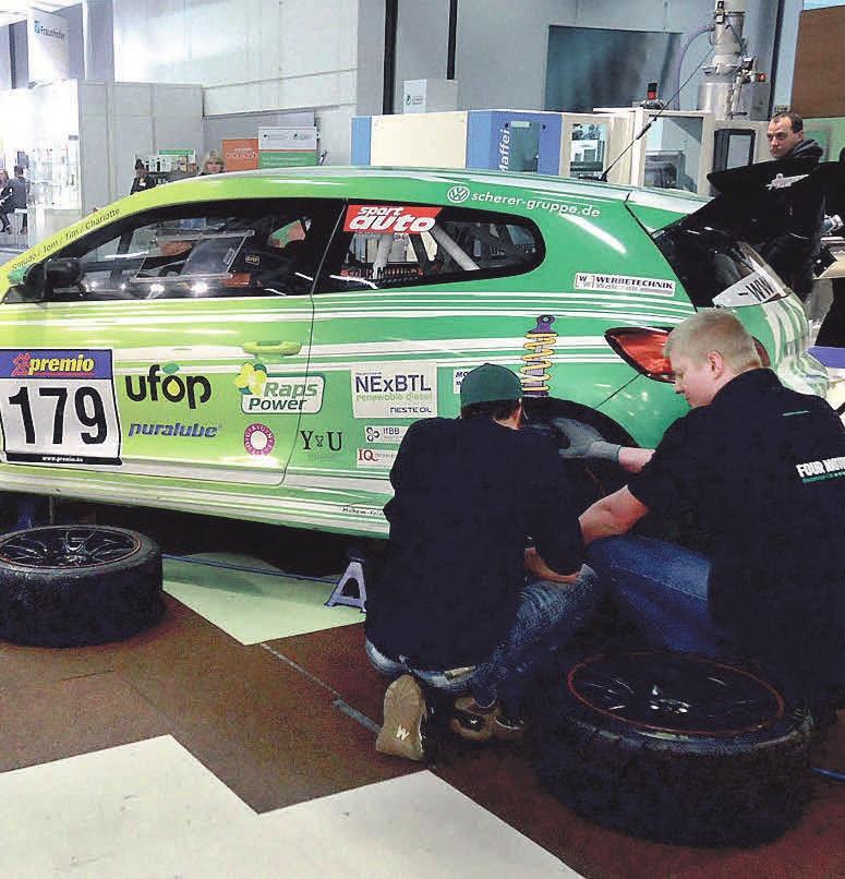 Mechaniker wechseln die Reifen. Foto: Busche