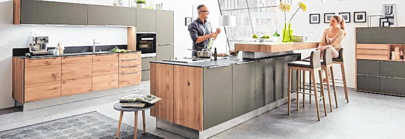 Kombinationen aus Metall, Glas und natürlichen Holzlamellen finden sich auch im Küchenbereich wieder. BILD: IPM/DECKER