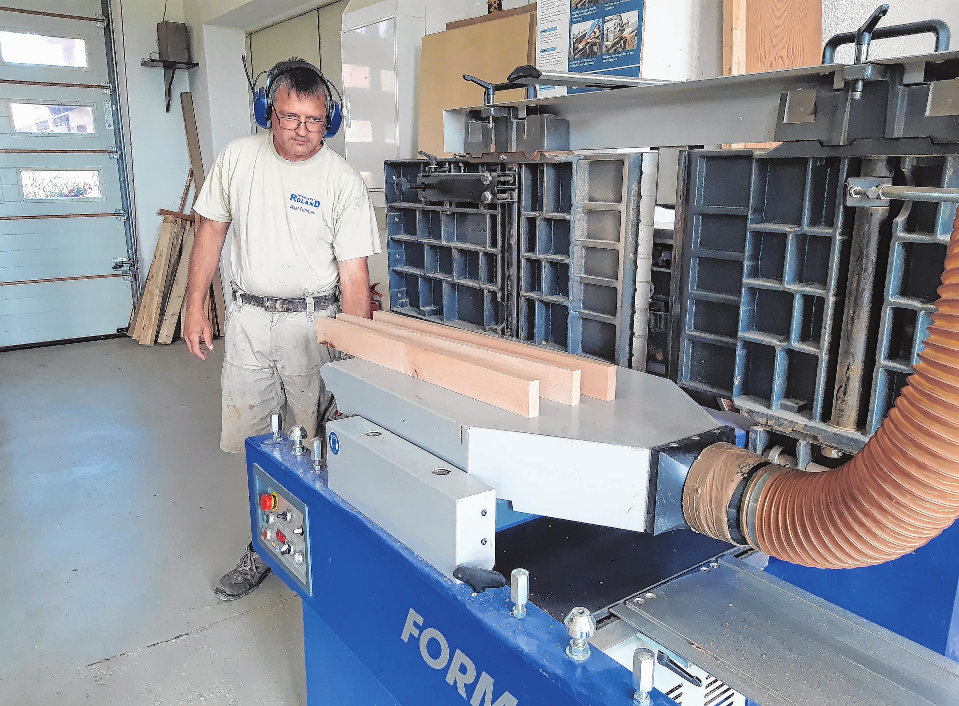 Beim Zuschneiden von Rahmen für ein Möbelstück - Tischler Axel Föllmer