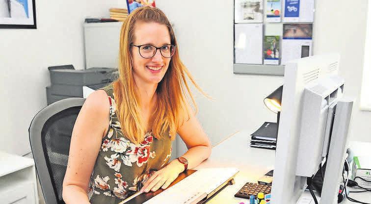 Versicherungsfachfrau Alina Dittrich ist hauptsächlich in der Kundenberatung tätig.