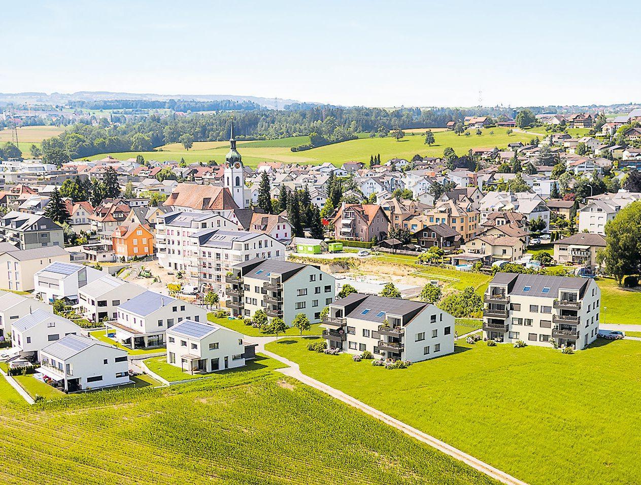 Mit Blick ins Grüne: Am Dorfrand entstehen die neuen Wohnungen. Bild: PD