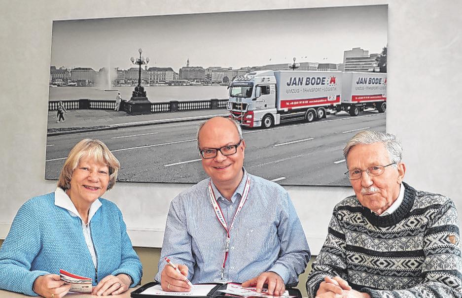 Umzugsberater Patrick Pulfer (Mitte) mit Helga und Rolf Bahruth. Das Ehepaar ist mit der Spedition Jan Bode umgezogen Foto: Bode
