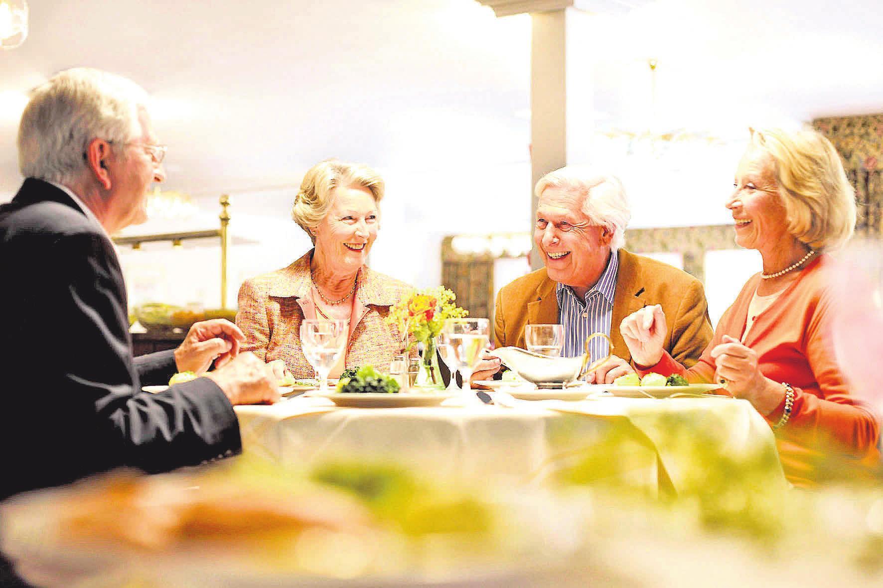 Geselligkeit wird in Seniorenwohnanlagen großgeschrieben. Gleichzeitig findet jeder das gewünschte Maß an Privatsphäre.