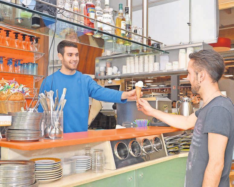 Bei Dal Cin am Burgdorf Carré reicht Mitarbeiter Dante Allievi angesichts der frühlingshaften Temperaturen auch schon die ein oder andere Kugel Eis über den Tresen.