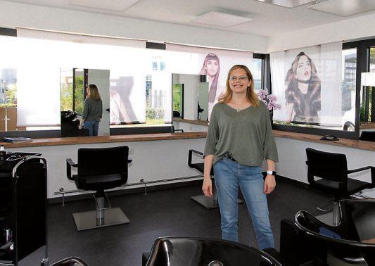 Friseurmeisterin Bettina Müller freut sich, ihre Kundinnen und Kunden im neuen Ambiente zu empfangen. Bilder: Uhland2