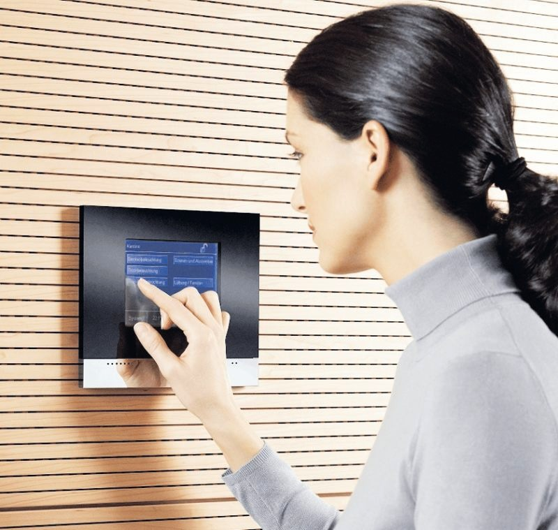Dank Lichtmanagementsystemen lassen sich über ein Steuerdisplay oder per Fernbedienung programmierte Lichtstimmungen einfach abrufen. FOTO: LICHT.DE