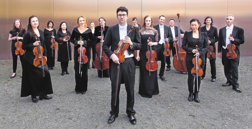 Das Eröffnungskonzert spielt Yury Revich gemeinsam mit dem Deutschen Kammerorchester Berlin unter der Leitung von Gabriel Adorján (vorne, Mitte). FOTO: STEPHAN CLEEF