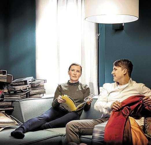 Schaffen Räume zum Wohlfühlen: Eike und Nils Lenschau von Das Fenster Einrichtungen.    FOTO: PEPE LANGE