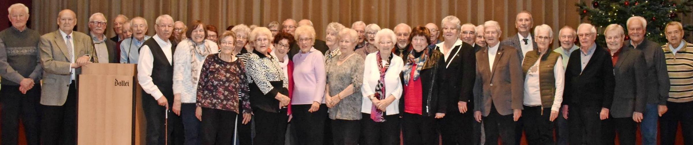 Wenn sich die über 80-jährigen Teilnehmer der Jahresabschlussfeier der Sport-Union zum traditionellen Foto versammeln, wird es Jahr um Jahr enger auf der Bühne.