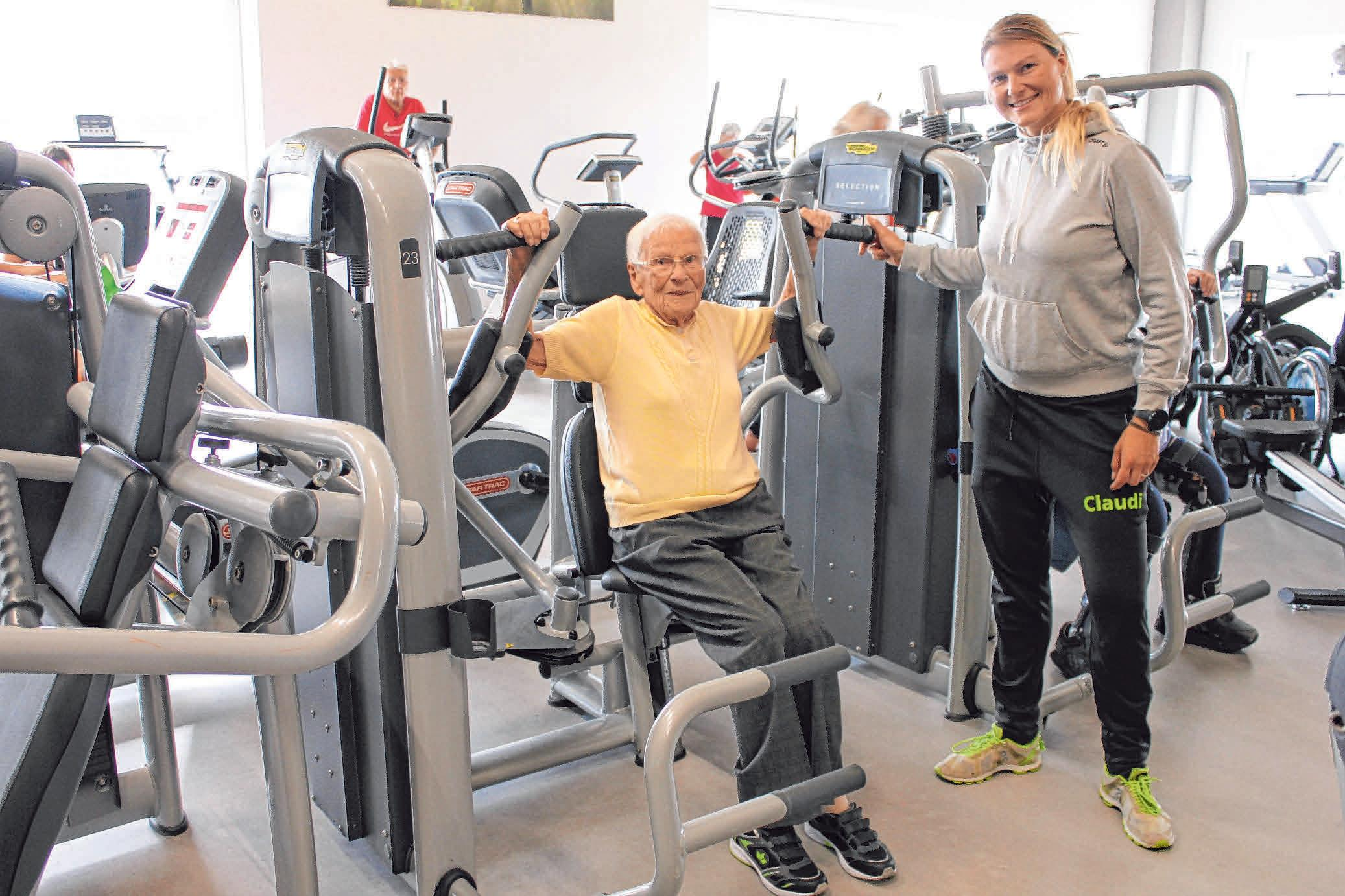 Die 95-jährige Maria Pfeffer, angeleitet von Claudia Heinzelmann, hat sich mit Training ihre Mobilität zurückgeholt.FOTO: SABINE RÖSCH