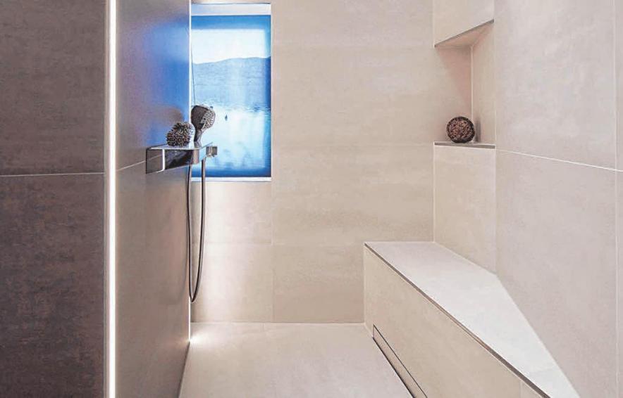Elegant und barrierearm: bodenebener Duschbereich mit Sitzmöglichkeit. FOTOS: DJD/WWW.DIE-BADGESTALTER.DE