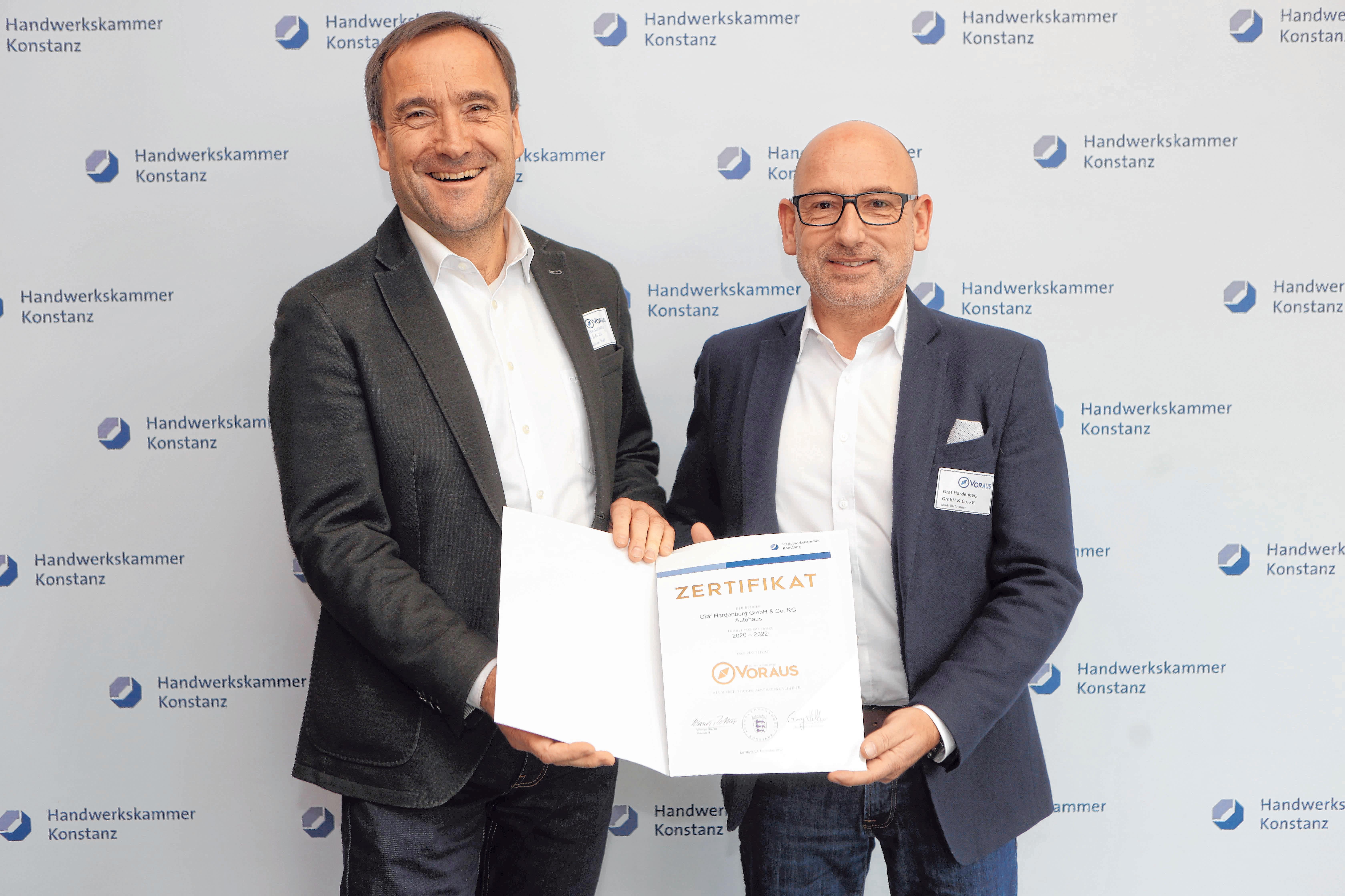 Ausgezeichnet: Serviceleiter Joachim Matt (l.) und Geschäftsführer Mark-O. Häfner freuen sich über die Urkunde der Handwerkskammer Konstanz.