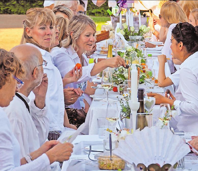Pfälzer Gemütlichkeit mit einheitlichem Dresscode: Bei Dine Haardt kommt man mit den Sitznachbarn ins Gespräch und tauscht kulinarische Köstlichkeiten aus. ARCHIVFOTO: VON LÖBBECKE